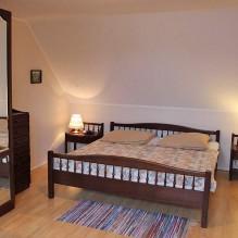Schlafzimmer: Doppelbett mit Nachttischen und Leselampen auf beiden Seiten